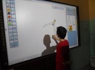 Interaktivna ploča i projektor za kvalitetnije školovanje