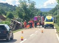 Teška prometna nesreća kod Skenderovaca - izletio kamion s drvima