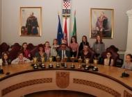 Predstavnice i plesačice Scenskog studija ARTina na prijemu kod župana