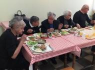 """""""Ručam s tobom"""" - mladi Pakračani volontirali dijeleći obroke potrebitima"""